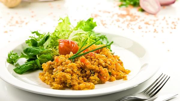 Krabičková dieta recepty: Zeleninový salát s červenou čočkou.