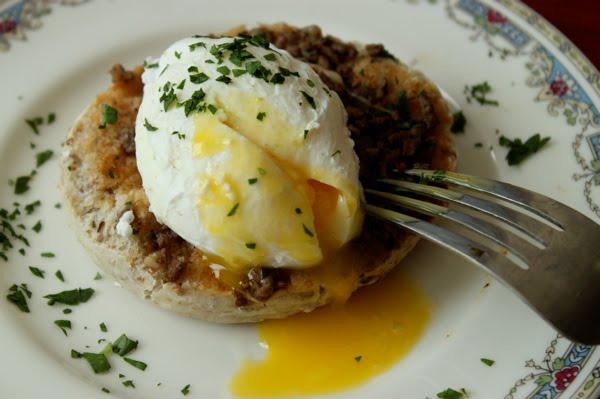 Krabičková dieta domácí – Tmavý toastový chléb s vejcem a lučinou.
