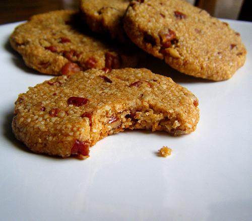 Krabičková dieta domácí – Sezamové placky s lískovými jádry.